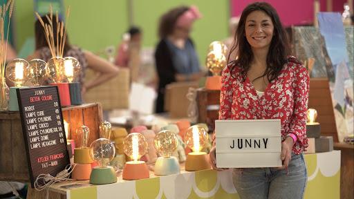 junny et ses lampes en béton coloré au Super market évenement organisé par la fine equipe paris