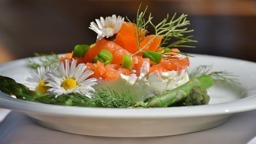 Alcachofas con salmón ahumado y queso fresco.