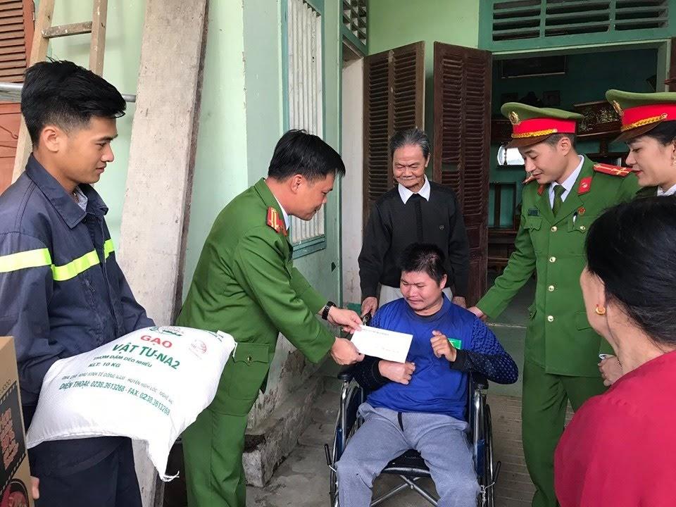 Trao quà cho gia đình khó khăn tại xã Bồng Khê