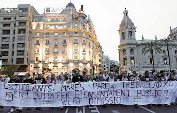 Photo: V.18. VALENCIA, 18/10/2012.- Varios miles de estudiantes y padres de alumnos han participado esta tarde en la manifestación por las calles del centro de Valencia en la tercera jornada de la huelga en los centros de enseñanza. EFE/Manuel Bruque.