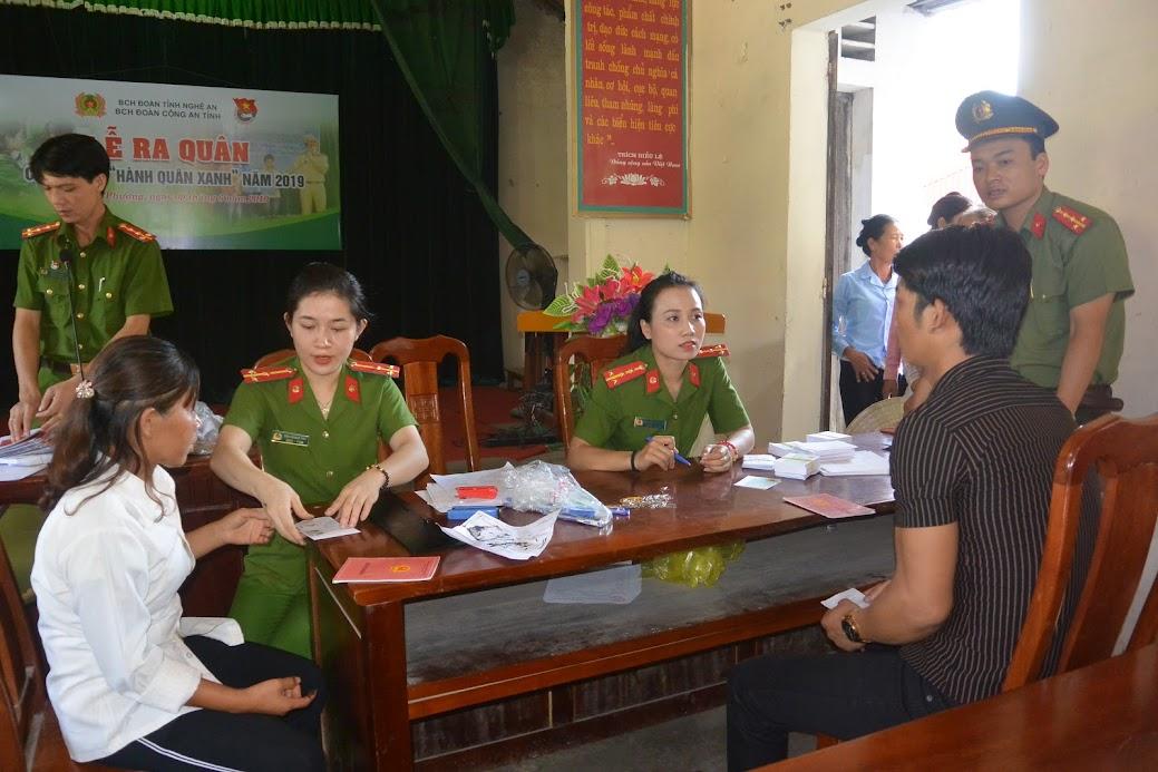 Đoàn viên thanh niên triển khai chương trình Ngày thứ 7 vì dân làm CMND miễn phí cho bà con nhân dân phường Quỳnh Phương, TX Hoàng Mai