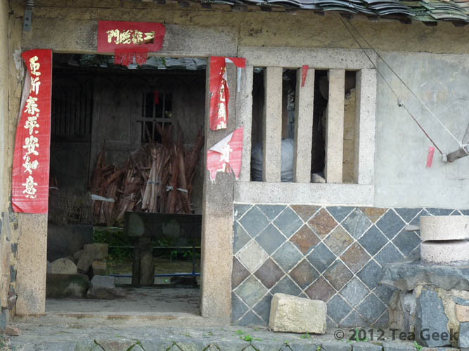 Photo: This is an old tea processing facility in Xiping village, the village-of-origin of Tie Guanyin in Anxi. Note the tea-grinding stones on the right. Also, the diamond-shaped stone wall is a very common design in the Anxi area.