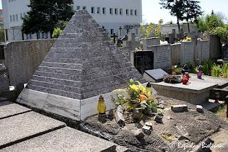 Photo: Pomnik realizujący formę piramidy na grobem Wacława Januszkiewicza (1911 - 1962) i Agnieszki Januszkiewicz (1913 - 1983) nawiązuje stylistycznie do bardzo popularnego w okresie dwudziestolecia międzywojennego w Polsce nurtu Art Deco, który chętnie odwoływał się do architektury i ornamentyki staroegipskiej. Na łódzkich cmentarzach są tylko dwa tego typu pomniki, drugim jest piramida nad grobem Edwarda Heiman-Jareckiego (+1933) w katolickiej części Cmentarza Starego przy ul. Ogrodowej - zobacz  zdjęcie: https://picasaweb.google.com/boguslawster/CmentarzStaryWOdziCzescKatolicka#5280296516047410546