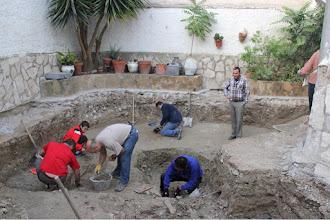 Photo: En el yacimiento siguen apareciendo nuevas tumbas.