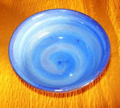 写真: 刷毛目ぐい呑み 伝統的な刷毛目の技法に自作の紫釉を掛けて焼き上げました。  掲載作品のお問い合わせは ℡/FAX 098-973-6100でお願致します。
