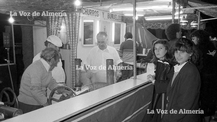 Miguel Expósito, con su característica gorra blanca, en uno de los puestos ambulantes que montaba en la ciudad en las fiestas señaladas.