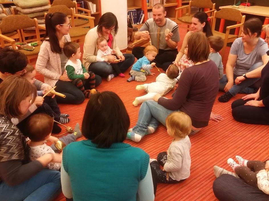 Kisgyerekek a könyvtárban