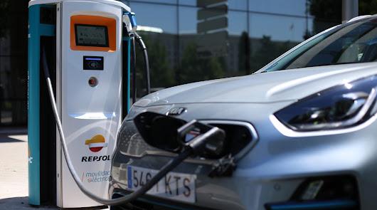 Kia y Repsol han firmado un acuerdo para la instalación de puntos de recarga de vehículos eléctricos e híbridos enchufables.