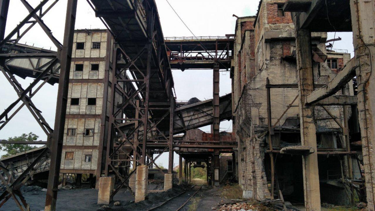 Разбомбленная угольная шахта в пригороде Донецка. Сегодня здесь пророссийские войска построили противовоздушные бункеры / Фото: Томаш Фьорро