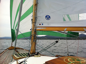 Photo: En route sous genneker sur enrouleur, foc enroulé, toutes voiles en excellent état Breaching with genneker roller furl deployed and trysail roller furld in, all sails in excellent condition