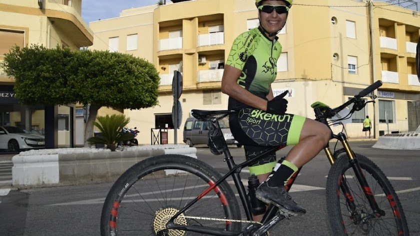 La ciclista Julieta Escudero en una calle de Albox.