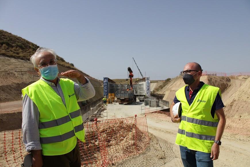 Junto al subdelegado del Gobierno ante las obras de  Los Arejos-Níjar.