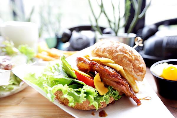 樂樂咪小廚房 寵物友善餐廳也有好吃料理 照燒雞漢堡 舒芙蕾鬆餅都大推 三樓是中途貓生活專區