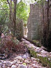 Photo: Ruins alongside the aqueduct ********** Ruines langs het aquaduct.