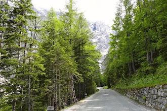 Photo: Die Straße über den Pass wurde in den Jahren 1914 bis 1916 als Militärstraße ins Isonzo ( Soca )-Tal von russischen Gefangenen gebaut.