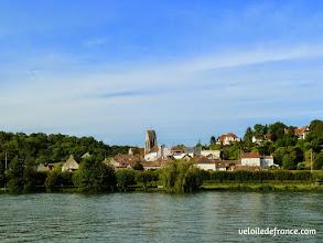 Photo: Fontaine le Port vue depuis l'autre rive - E-guide balade circuit à vélo sur les Bords de Seine à Bois le Roi par veloiledefrance.com.