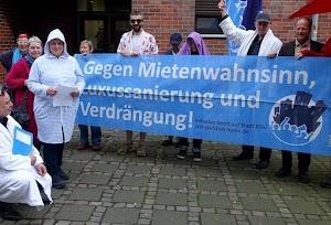 Aktivisten der Initiative Recht auf Stadt Köln halten ihr Transparent «Gegen Mietenwahnsinn, Luxussanierung und Verdrängung» hoch.