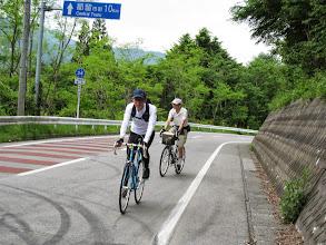 写真: 道坂峠に向かって颯爽と走ります。