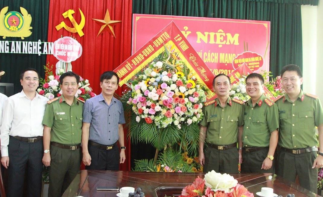 Thành ủy - HĐND - UBND - UBMTTQ TP Vinh chúc mừng Báo Công an Nghệ An