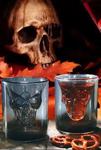 Glas med flytande dödskalle