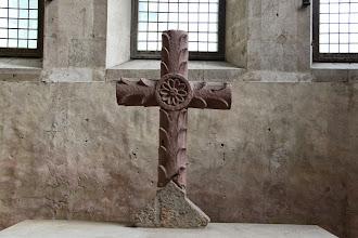 Photo: Det eneste kristne symbol i kirken er korset bag alteret