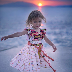 Sunset by Lazarina Karaivanova - Babies & Children Child Portraits ( girl, sunset )