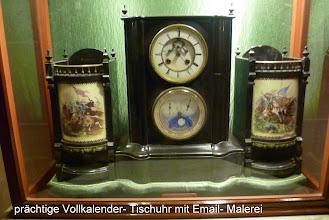 Photo: Diese prachtvolle Pendule aus der Zeit um 1875 hat eine im Zifferblatt sichtbare Hemmung und ein kompliziertes Kalenderwerk mit Datum, Wochentag, Monat und Mondphase. Sehr selten ist hier auch der zentrale Sekundenzeiger, der in einer halben Minute umläft.Sie gehört seit über 100 Jahren der Familie des Maharadscha und wurde, nachdem sie seit etwa 1950 nicht mehr gelaufen ist, von meinem Uhrmacherfreund Helmut Knops fachgerecht restauriert. Die beiden seitlichen Elemente zeigen Kriegsszenen in feinster Email- Malerei.