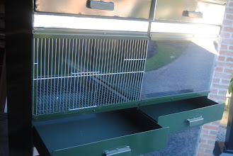 Photo: Same nursery compartment with closed frontal panel ; right section is thermoregulated and with plexi glass. The left section is without thermoregulation and only with a metal frame.