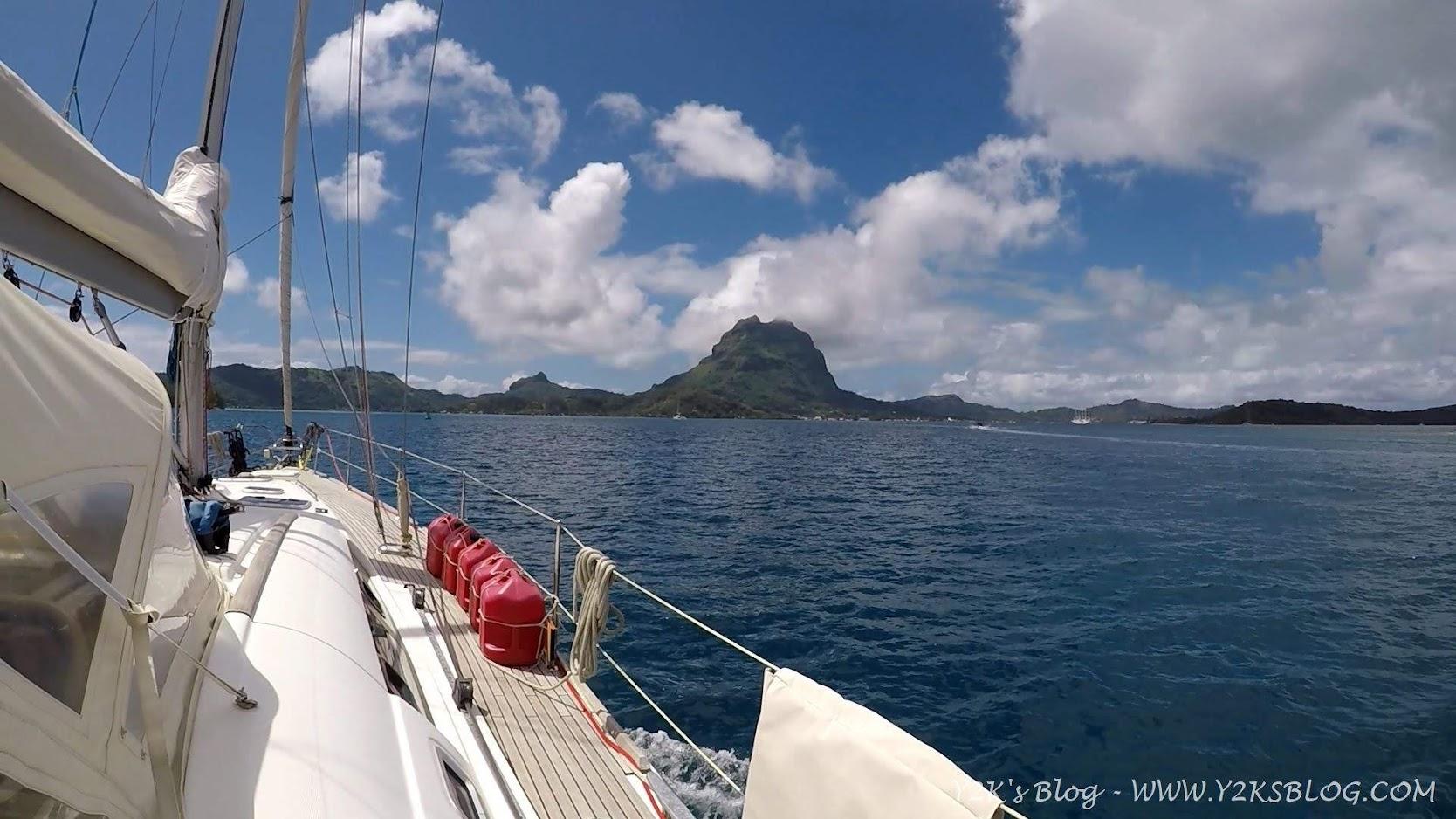 Y2K entra nella laguna di Bora Bora. Il Monte Otemanu sullo sfondo