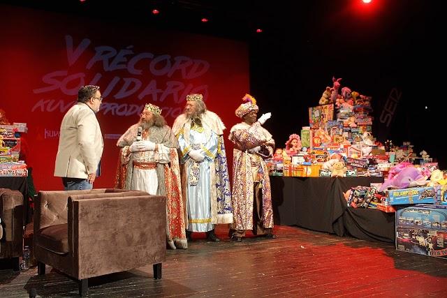 Sus Majestades los Reyes Magos visitaron el Teatro Cervantes.