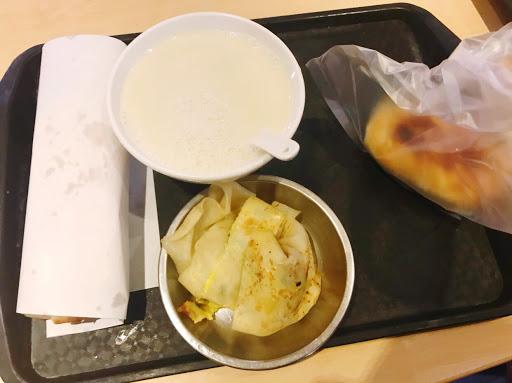 台北的排队名店,十大早餐店阜杭豆浆,铜板美食。[喵喵]我是排了40分钟吧。p2咸豆浆,上面有油条屑,下面是满满的咸豆浆,豆腐超细腻。p3甜豆浆,没什么特色。p5蛋饼🥞,不得不说它家的蛋饼很有嚼劲,据