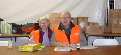 Photo: Huguette et Jean-Jacques aux inscriptions des participants