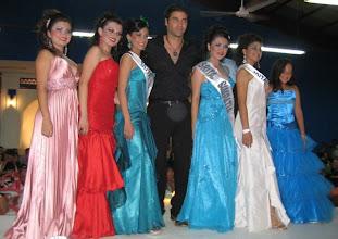 Photo: Las participanes con Valentino Lanus Cheque nada mas..