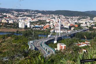 Photo: 13: Ahora nuestro conductor nos ha traído justo al otro lado del río Mondego y desde la montaña vemos Coimbra.