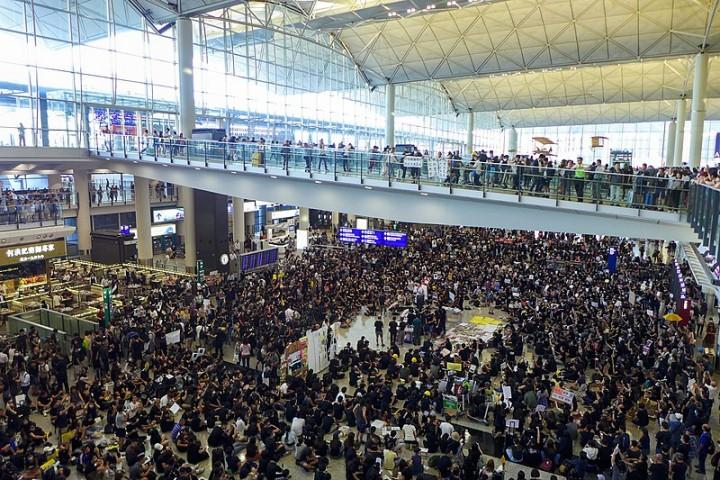 香港国际机场已成为当前抗争的战场之一。自8月5日大规模停工以来,许多抗议者纷纷到场发起占领行动。 //图片来源:Wpcpey