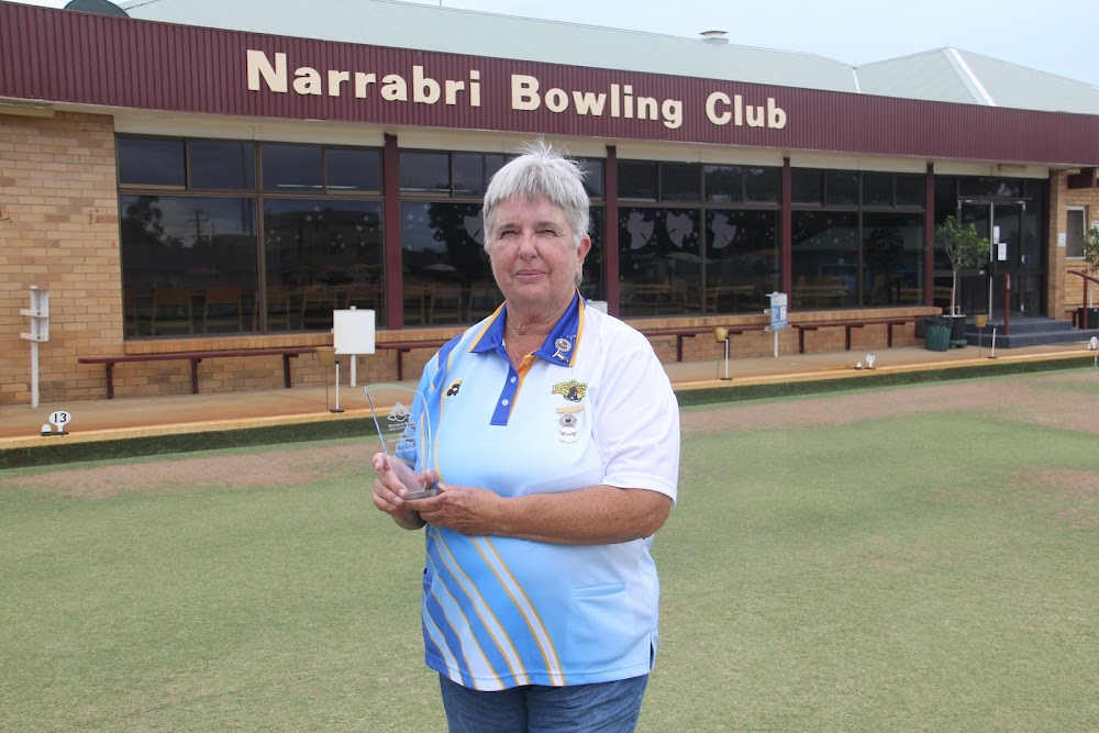 Eva Sadler with her Women's Bowls NSW club administrator of the year prize.