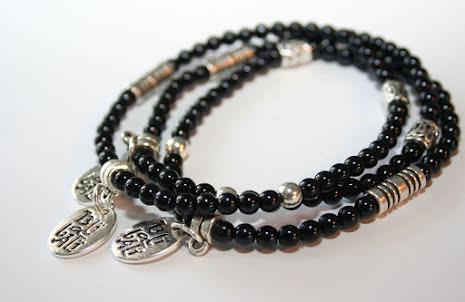 Smalt armband av svart glas och metall