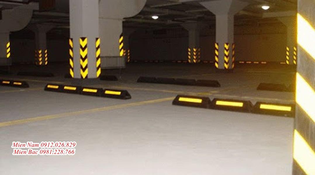 Chia sẻ đôi nét về cục chặn bánh xe ô tô có phản quang
