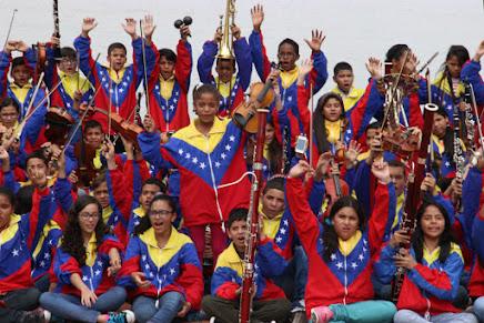 La violinista Lucero González, al centro del grupo que integra la Sinfónica Nacional Infantil de Venezuela 2015, invitó a todos a visitar su estado natal. Delta Amacuro acoge la formación musical y tiene uno de los programas de integración para las étnicas indígenas de la región.
