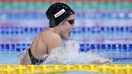 Mireia Belmonte acarició la medalla.