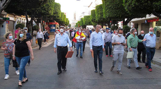 Un centenar de aficionados taurinos se moviliza en el Paseo reclamando medidas