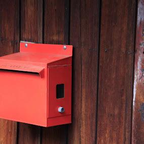 我总是等待,那个让我圈挂的邮箱。是你许久没有问候。早上好… by Siew Yong Chan - Artistic Objects Other Objects