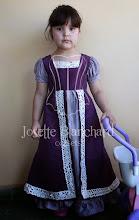 Photo: Vestido Infantil Primeiro Reinado do Brasil em tafetá lilás e roxo com bordado aplicado. A partir de R$ 180,00.