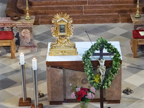 Photo: Am Altar steht wieder die kostbare Dreifaltigkeitsmonstranz.