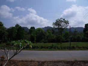 Photo: พื้นที่วัดคลองเขาจันทร์ที่ยังว่างอยู่..  เหมาะที่จะทำเป็นสถานปฏิบัติธรรม ด้านหลังเป็นเทือกเขา เขตอุทยานเขาปู่เขาย่า http://phudtho.blogspot.com