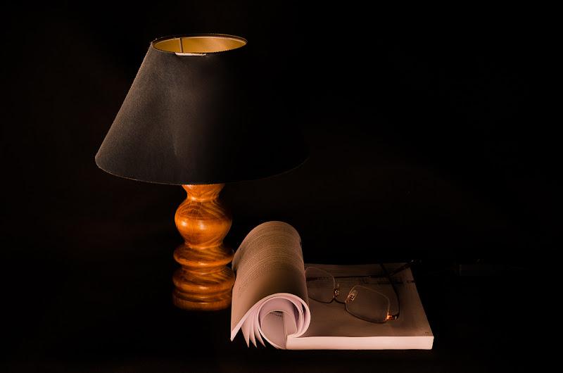 la lampada, il libro e gli occhiali di francescoleonardis_photo
