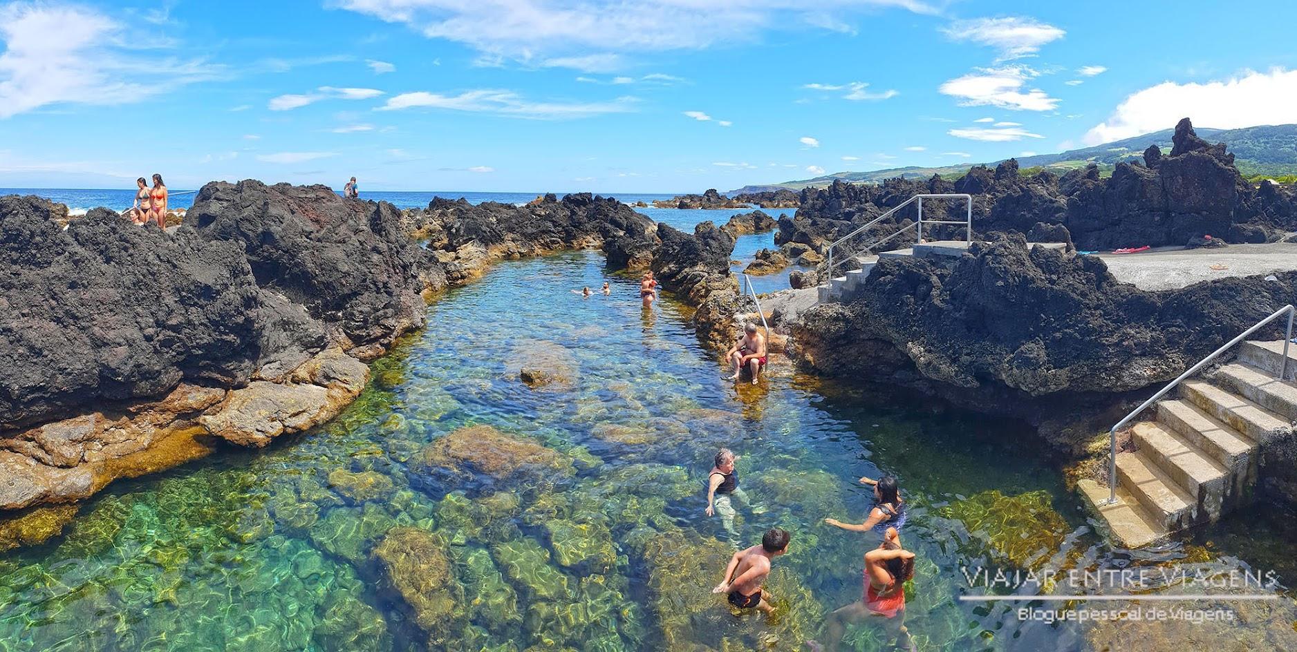 Nadar nas piscinas naturais dos Biscoitos, na ilha Terceira