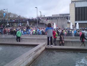 Photo: les coureurs dans les blocks de départ