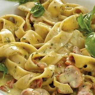 Quick And Creamy Bacon And Mushroom Pasta.