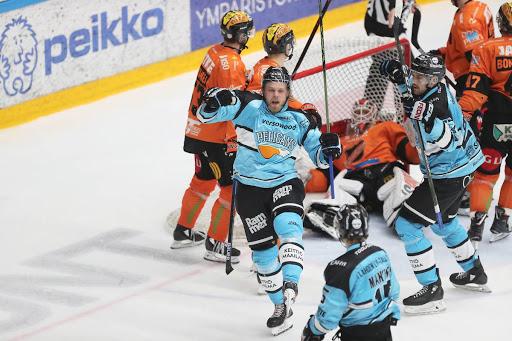 Antti Tyrväinen tuuletti perjantaina kauden 9. ja 10. maaliaan. (Kuva: Tomi Natri)